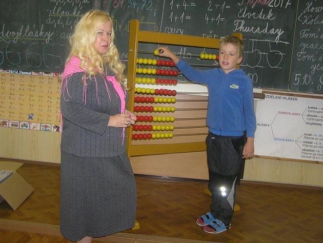 Na fotografii je žák první třídy ZŠ a MŠ Sobíňov Jáchym Kamp sučitelkou Ladislavou Voráčkovou.Příště představíme prvňáčky ze ZŠ Havlíčkova Borová.