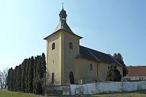 K opravenému dobrnickému kostelu patří hřbitov, kde odpočívá herec Pavel Landovský.
