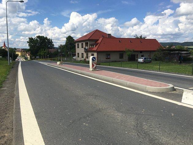 Problematický silniční ostrůvek v Nové Vsi u Chotěboře a dům rodiny Málkových.