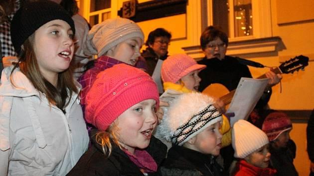 Vloni si Havlíčkobrodský deník zazpíval koledy společně s dětmi ze světelského folklorního souboru Škubánek.