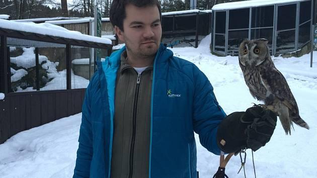 Zbyšek Karafiát, ředitel záchranné stanice Pavlov, drží v rukavici sovu Tomíka, o kterého se stará odborný tým pracovníků záchranné stanice.