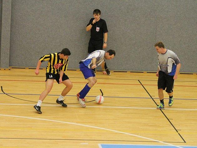 Postup si fotbalisté Přibyslavi (v pruhovaném) zajistili až v posledním zápase ve skupině, kdy porazili Pohled 3:0. V semifinále nestačili na brodský Slovan, se kterým prohráli 6:0.