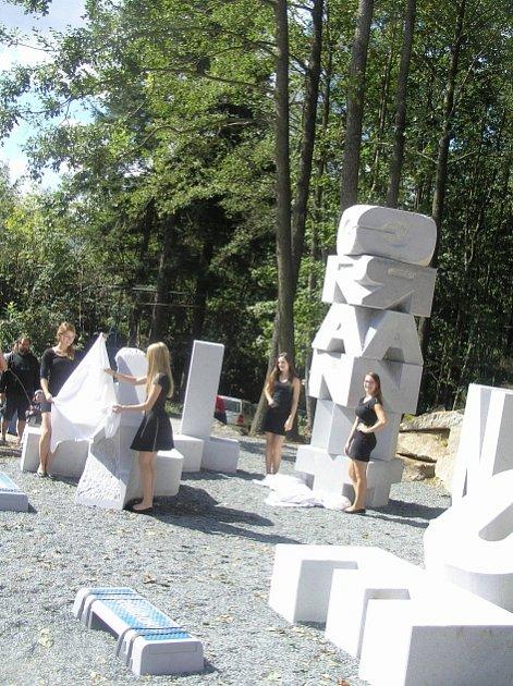 Monument Radomíra Dvořáka nezaujal jen dospělé. Jako klouzačka udělal radost i dětem.