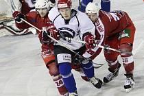Boj o všechno. Hokejisté Chotěboře (v bílém) prohráli posledních osmnáct soutěžních zápasů. Sedmnáct z nich bylo ještě v základní části, poslední potom   v prvním duelu baráže. Pokud prohrají i po devatenácté, druhou ligu minimálně na rok opustí.