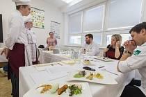 Obchodní akademie a Hotelová škola v Havlíčkově Brodě ve středu pořádala středoškolskou kuchařskou soutěž. Svůj kulinářský um a fantazii tam při přípravě pokrmů z kozího sýra a pstruha předvedlo deset soutěžních týmů.