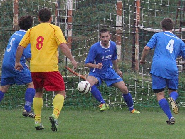 Brankostroj si na soupeřově hřišti otevřeli fotbalisté Lípy (v tmavém), kteří v Horní Cerekvi vyhráli 7:1.