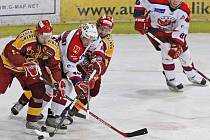 Michal Borovanský (uprostřed v zápase s Duklou Jihlava) vstřelil proti Porubě vítěznou branku.
