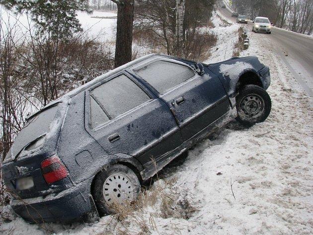 Řidič felicie na silnici mezi Rozsochatcem a Chotěboří nezvládl řízení a skončil s autem v příkopu.