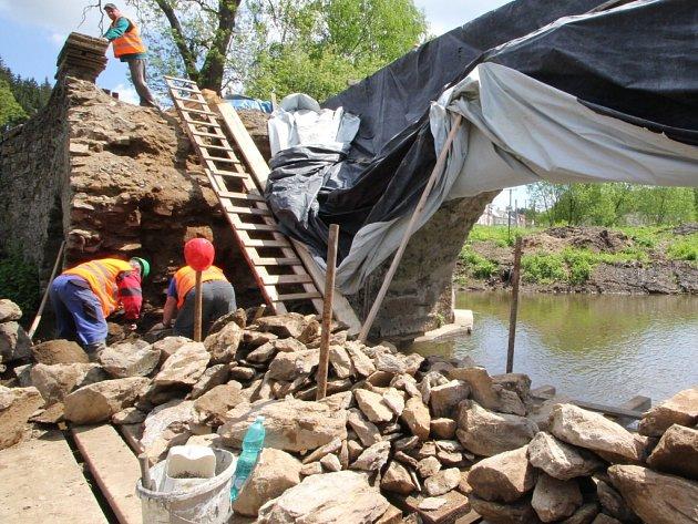 Oprava mostu byla zahájena v květnu.
