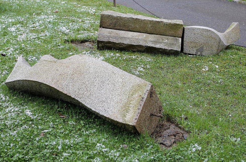 V noci ze středy na čtvrtek v oploceném areálu světelské Akademie poničil neznámý pachatel na dvě desítky žulových a pískovcových soch.