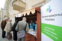 Vyřazené audiokazety a knihy z knižního fondu si mohli v pondělí od rána zakoupit návštěvníci stánku na brodském Havlíčkově náměstí.