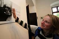 Klasicky vyvolaná fotografie i při drtivé nadvládě digitální fotografie má dosud své místo. Ukazuje to výstava v Městském muzeu v Chotěboři. U snímku Olivera Petržely z Bratislavy se zastavila Lucie Pelouchová z Chotěboře.