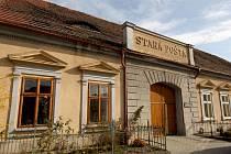 Před rovným stoletím byl na jedné z nejstarších pošt na Vysočině ukončen provoz poštovní přepřahací stanice. Koňské povozy dopisy přes Golčův Jeníkov vozily přes 200 let.