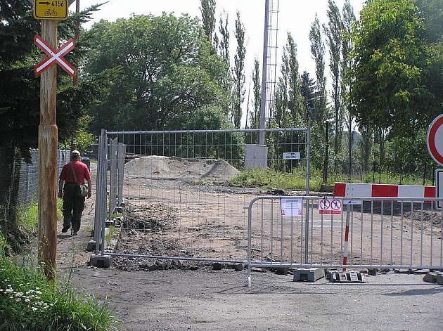 Přístup k vlakovému nádraží je v současné době pro cestující omezen drátěnou zábranou. Dělníci zde začali s výstavbou autobusového terminálu.