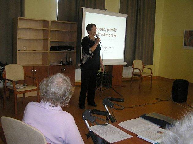 Mezi posluchači Univerzity třetího věku se velké oblibě těší  přednášky trenérky paměti Jany Vejsadové.
