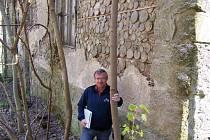 NETYPICKÁ ZEĎ. Místostarosta Josef Böhm je členem Vlastivědného spolku Světelsko a historii má rád. Tentokrát nás zavedl k bývalé papírně ve Smrčné.