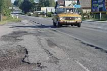 Nebezpečné koleje. Na pouhých sto metrech na silnici I/38 před Havlíčkovým Brodem je silnice doslova životu nebezpečná kvůli hlubokým kolejím. Na ty si musejí dát řidiči pozor v celém úseku od Brodu do Golčova Jeníkova.