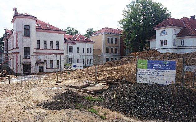 Nyní probíhá příprava území pro přístavbu nového domova pro seniory se zvláštním režimem.  K demolici pavilonu číslo deset dojde v polovině července.