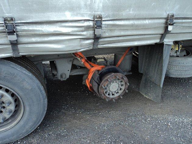 Při nedávné kontrole policisté zjistili, že na návěsu chybí na poslední nápravě levé zadní kolo. To měl řidič naložené uvnitř návěsu.