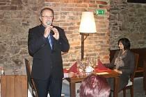 Ředitel Obchodní akademie a Hotelové školy Jiří Forman přivítal první hosty právě otevřené restaurace Pod Starou radnicí.