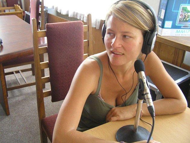 Studentka Lubina Kowar z Německa si na Letní žurnalistickou školu do Havlíčkova Brodu přijela vyzkoušet práci s rozhlasovou technikou. Lekci o tom, co práce v rádiu vyžaduje, získala včera od redaktora Českého rozhlasu 2 Jana Burdy.