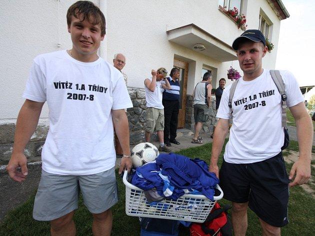 Zatímco fotbalisté Světlé (na snímku Luboš Rezek a Martin Karel) mohli slavit v Přibyslavi postup a vítězství v I. A třídě, skupině A, domácí hráči si sami podřízli větev, protože absolutně nezvládli závěr.