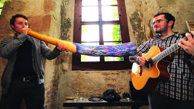 Hrají na didgeridoo.