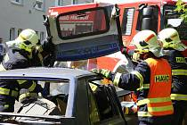 """Mužstvo přibyslavských záchranářů za několik málo minut hydraulickými nůžkami a pákami rozevřelo a zcela rozstřihalo """"havarovaný"""" osobní automobil Favorit."""