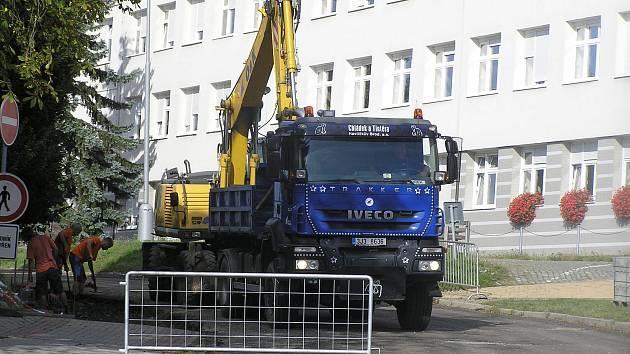 Rekonstrukci vjezdu do areálu nemocnice provádí firma Chládek a Tintěra a.s.