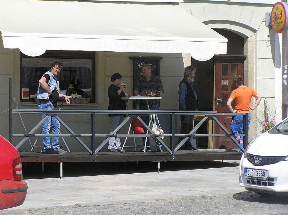 Zahrádky u kaváren a restaurací se od pondělí znovu otevřou, podmínkou návštěvy je testování či ukončené očkování.Foto:Deník/Štěpánka Saadouni