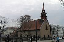 Až do Vánoc bude věž kostela sv. Kateřiny ozdobena 19 metrů dlouhou šálou.
