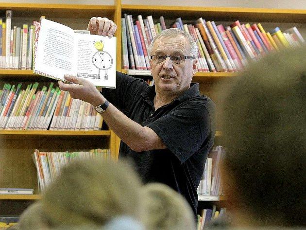 V pondělí se uskutečnilo i autorské čtení pro děti se spisovatelem Milošem Kratochvílem (na snímku) nebo přednáška vojenského kaplana Zdeňka Mikulky o globálním terorismu.
