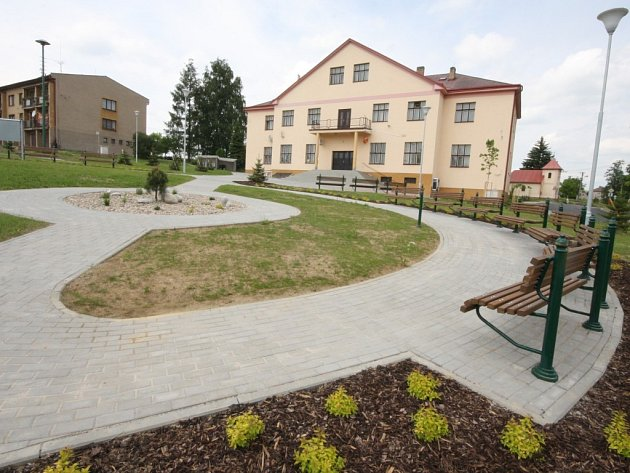 Architektonicky zajímavé centrum Oudoleně vzniklo mezi kulturním domem, školou a prodejnou potravin.