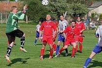 Hříšníkem. Tím se stal v zápase Pohled – Světlá (0:2) pohledský gólman Jan Růžička (vlevo), který nesportovně sestřelil Josefa Štrose, viděl červenou kartu   a proti jeho týmu se kopal pokutový kop, který proměnil světelský brankář Jindřich Adamec.
