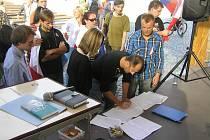 na závěr mítinku mohli účastníci podepsat například petici za vystoupení Česka z NATO a EU