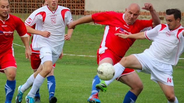 Dva roky vydrželi fotbalisté Habrů (v bílém) v I. A třídě, se kterou se nyní loučí a podle trenéra Jiřího Černého o návratu nyní neuvažují.