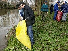 Čistit řeku pomáhal, kdo mohl.