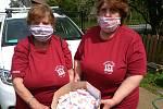 Dobrovolní hasiči z Vísky rozdávali dárečky všem maminkám.