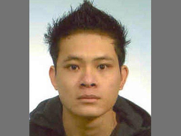 Kvůli podezření z nedovolené výroby drog a krádeže pátrají policisté po jednatřicetiletém Vietnamci jménem Le Quang Trung. Muž naposledy bydlel v Havlíčkově Brodě.