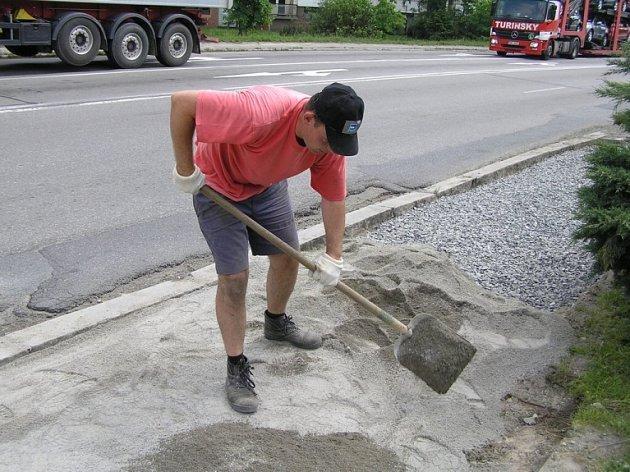 Opravy. Už několik dní rekonstruují pracovníci technických služeb chodník na Lidické ulici. Ten byl poškozen v souvislosti s nedávnou dopravní nehodou.