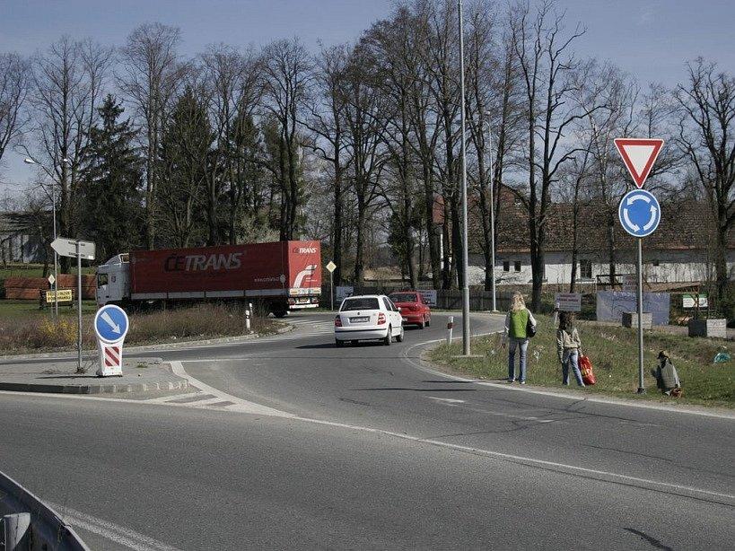 Procházka od Hypernovy do Pohledských Dvořáků by měla být už příští rok díky chodníku mnohem bezpečnější.