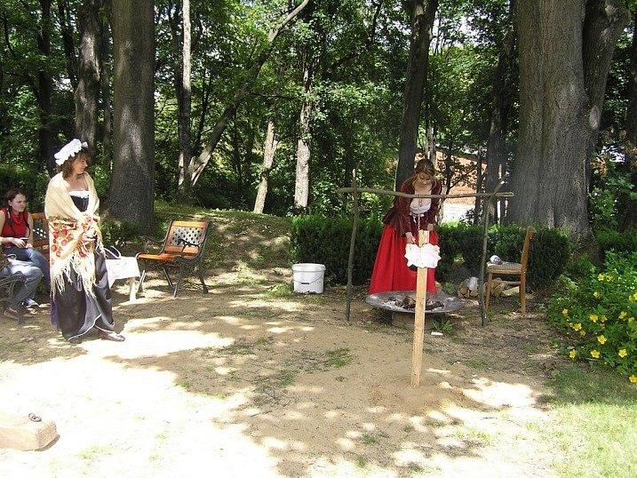 Na zrekonstruované zahradě členové Veterán klubu Úsobí zvali na tajemný posilující nápoj zámořských kolonistů.