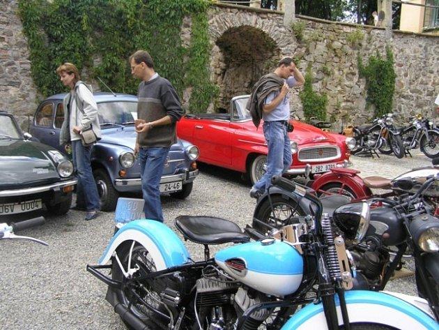 V zámku byly dveře otevřeny dokořán obdivovatelům historických vozidel.