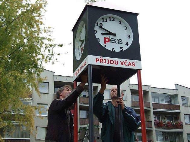 Občanské sdružení Přijdu včas, společnost Pleas a havlíčkobrodská radnice se postaraly o to, aby dětské hřiště na Kalinově nábřeží obohatily hodiny, které kromě času mají i dvě bezpečnostní tlačítka se spojením na městskou policii a nemocnici.