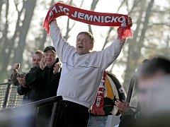 Fotbalisté Jemnicka v polovině krajského přeboru potvrdili roli černého koně, a patří jim první příčka. Euforii spojeného klubu Jemnice a Vratěnína potvrdili ve Ždírci i fanoušci, pro které byl na utkání na Havlíčkobrodsku vypraven speciální autobus.