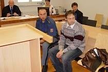 Opět v soudní síni. Ladislav Barák (v popředí vpravo) nebyl souzen poprvé. Na snímku je zachycen při jednom z dřívějších soudních přelíčení.
