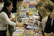 Počet návštěvníků, kteří letos navštívili tradiční Podzimní knižní veletrh v Havlíčkově Brodě, se podle organizátorů přiblížil k patnácti tisícům, což je zatím nejvíce v historii. Akce tedy zůstala důsledků ekonomické krize ušetřena.