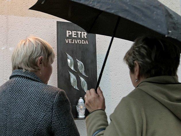Výročí tragického úmrtí Petra Vejvody si ve středu rodina a spolužáci připomněli před žďárskou obchodní školou. Petrovi byla věnovaná relace ve školním rozhlase, poslouchaly se jeho oblíbené písničky či básně, které pro něj složili kamarádi.