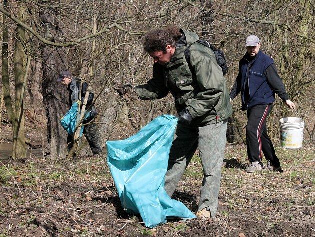 V Havlíčkově Brodě uklízejí každoročně břehy řeky Sázavy také studenti místní stavební průmyslové školy.