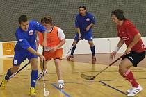 Brodští hokejisté to umí i s florbalovou hokejkou, přesvědčili se o tom i prvoligoví brodští florbalisté. První zápas vyhráli Rebelové 7:5, ve čtvrtek je na programu od 18 hodin v brodské sportovní hale odveta.